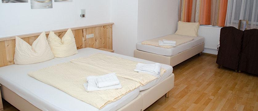 austria_mayrhofen_hotel-kirchenwirt_triple-bedroom.jpg